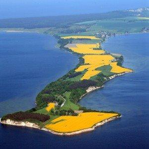 inmitten des Biosphärenreservates Südost-Rügen, auf der idyllischen Halbinsel Möchgut, direkt auf dem Reddevitzer Höft, einer Landzunge, von Wasser umgeben.